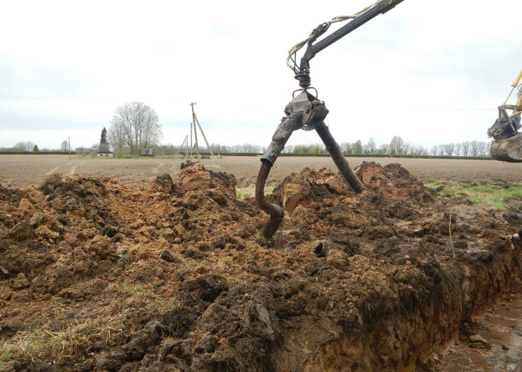 Foto: maaparandussüsteem - juurtega ummistunud plastist drenaažitoru