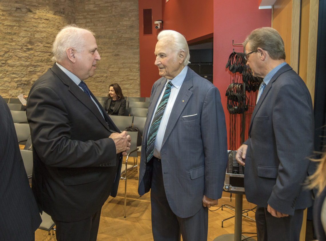 Maaeluminister Mart Järvik, president Arnold Rüütel ja Tartu Agro juhatuse liige Arvo Mölder.