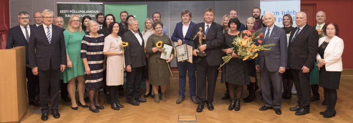Koos jäädvustati fotole aasta põllumehe konkursi võitjad, nominendid ja žürii liikmed, samuti poliitikud.