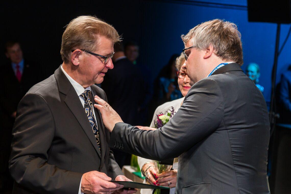 Pikaajaline Tartu Agro juht ja kunagine põllumajandusminister Aavo Mölder nimetati EPKK auliikmeks, Mölderile pani aumärgi rinda EPKK juhatuse esimees Roomet Sõrmus. Foto: Allar Mehik