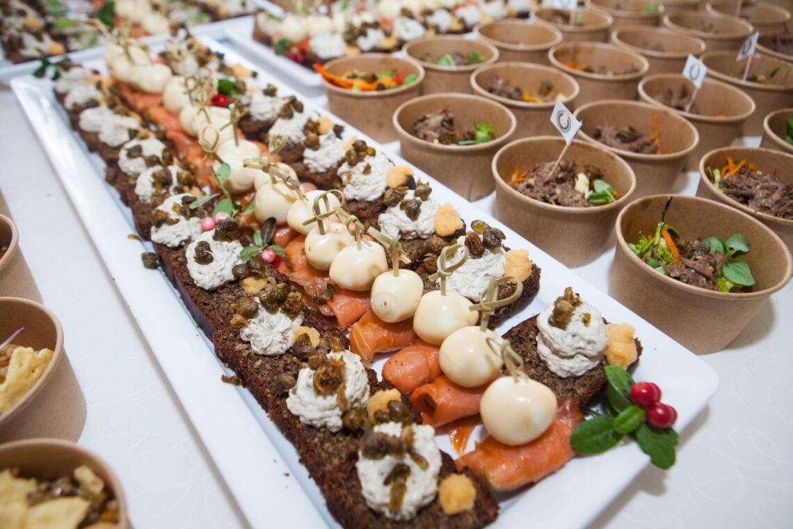 Pääsukesemärk 20. Peolaual oli mh kodumaisest toortatrast salat ja lai valik suupisteid. Foto: Julia-Maria Linna