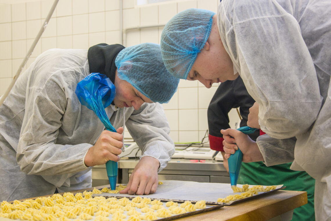 Õppetöö Olustvere Teenindus- ja Maamajanduskooli toidutööstuses. Ametikoolide põllumajanduserialad naudivad jätkuvalt populaarsust. Foto: Sandra Urvak