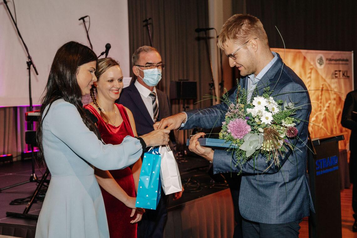 Taluliidu juht Kerli Ats andis 13. novembril toimunud tänuüritusel Jüri Laurile üle parima talu tiitli ja kingitused.