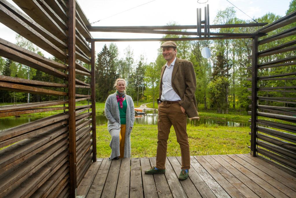 Ando ja tema kaasa Angelika tallu rajatud tiigi ääres. Foto: Julia-Maria Linna