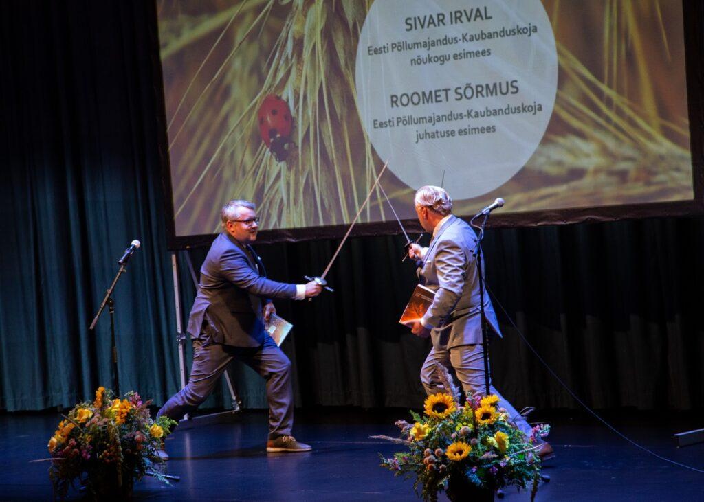 Roomet Sõrmus ja Sivar Irval ilmestasid oma pidukõnet mõõgavõitlusega. Foto: Sten Semjonov