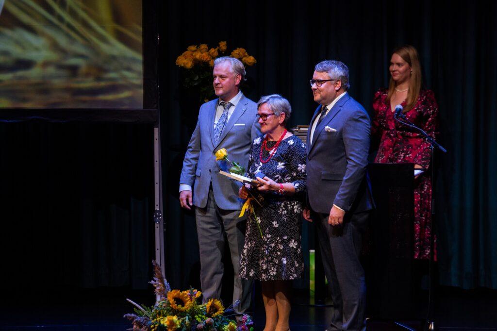Tunnustati koja pikaajalisi töötajaid: nõukogu esimehe Sivar Irvali ja juhatuse esimehe Roomet Sõrmuse vahel seisab 24 aastat pearaamatupidajana töötanud Anne Võhandu. Foto: Sten Semjonov