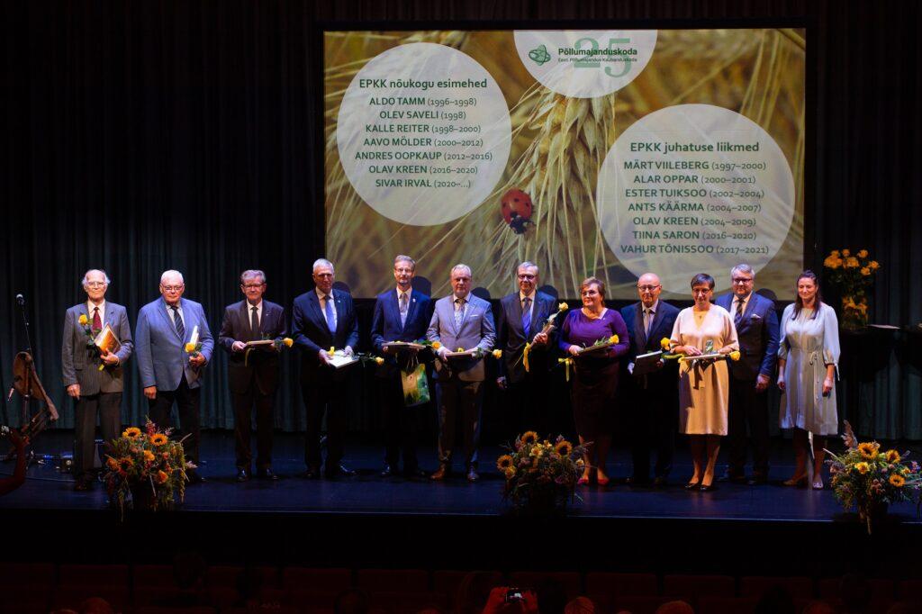 Ugala lavale kogunesid 25 aasta jooksul koja nõukogu esimehe ja juhatuse liikme ametis olnud mehed-naised. Foto: Sten Semjonov