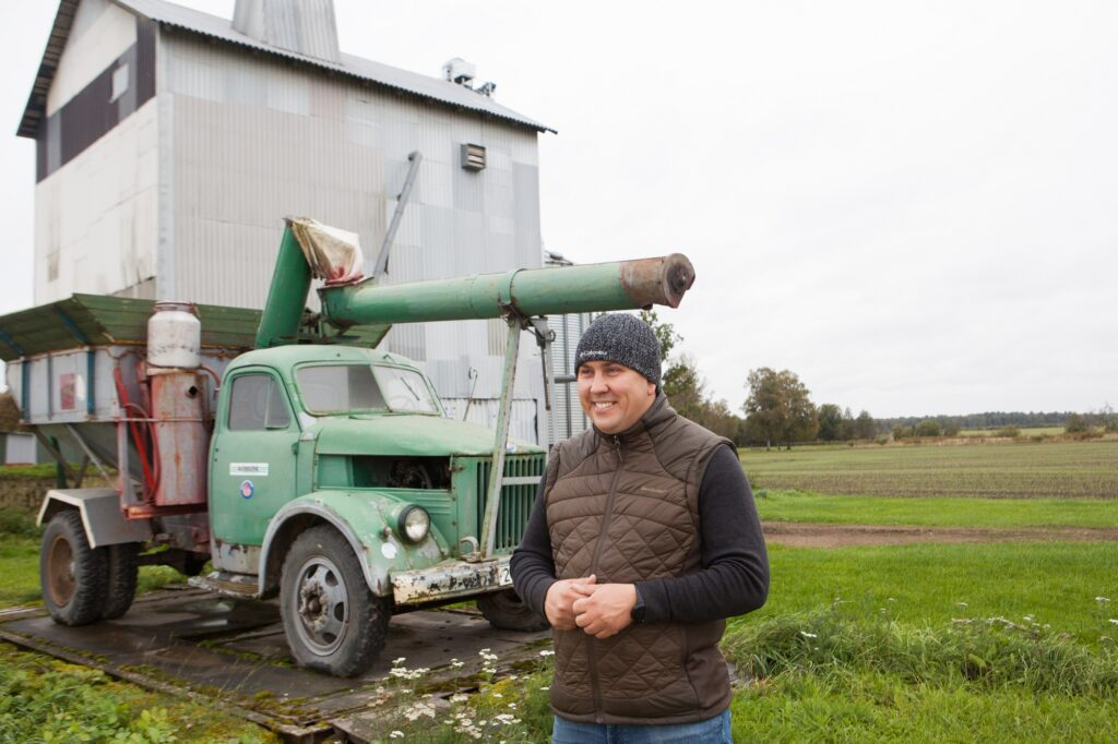 Kuivati kõrval seisab vana puhtija-laadija, mis veel 2011. aastal, mil Raido Allsaar isatallu elama tuli, kenasti põllutöödel aitas. Nüüd on plaanis masin uuesti värvida ja see hakkab külalisi tervitama. Foto: Julia-Maria Linna