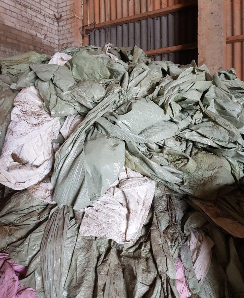 Hea näide – põllumajandusplasti jäätmed on kogutud liigiti ja lahus muudest jäätmetest ning hoiustatud kuivas. Foto: EPKK